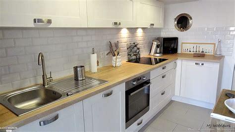 credence cuisine carrelage metro cuisine blanche avec plan de travail en bois crédence