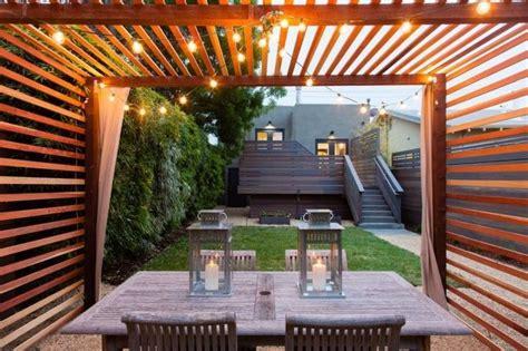 terrassenueberdachung aus holzlatten mit lichterketten verschoenert modern pergola pergola