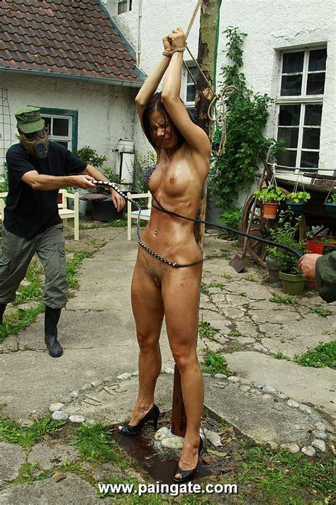 девушку привязывают к столбу и накачивают водой ест свою сперму