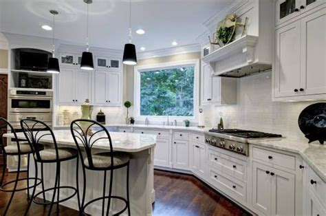 White hot look: Creamy kitchen cabinets, countertops