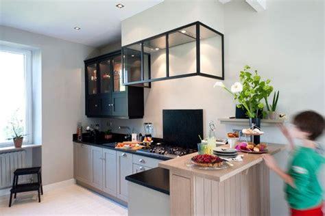 agencement cuisine cellier gris chaud verrière hotte fabricant cuisine style