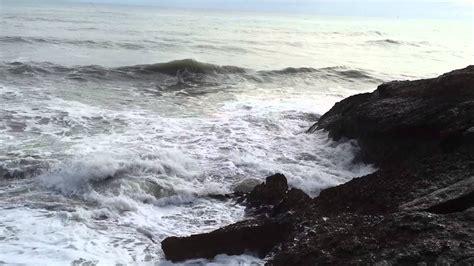 Olas chocando contra las rocas - YouTube