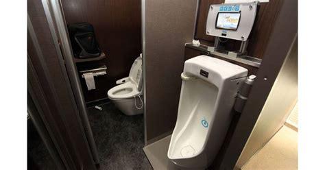 pipi debout ou assis su 232 de urinoirs en danger quot pipi assis tu feras quot