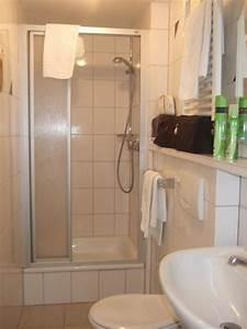 Kleines Bad Dusche : bild kleines badezimmer mit dusche zu rhein hotel bacharach in bacharach ~ Markanthonyermac.com Haus und Dekorationen