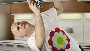 Küchenschränke Reinigen Hausmittel : fett staub schmiere auf k chenschr nken entfernen k chenschr nke reinigen haushaltshilfe und ~ A.2002-acura-tl-radio.info Haus und Dekorationen