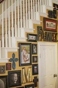 Ideen Für Familienfotos : treppenhaus dekorieren gelb gestrichen familienfotos h ngen und dort steht das wort familie ~ Watch28wear.com Haus und Dekorationen