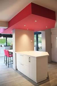 Spot Plafond Cuisine : cuisine blanche laqu e avec faux plafond g om trique rose avec spots sur ilot cuisines de koya ~ Melissatoandfro.com Idées de Décoration