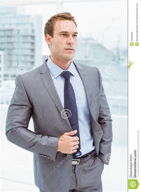 dans le bureau homme d 39 affaires futé dans le costume au bureau photo
