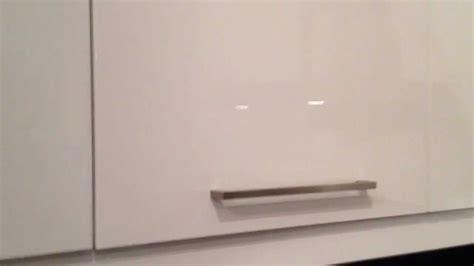 comment ouvrir une porte de placard de cuisine