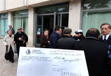 ufficio tarsu bologna foto code all ufficio tributi proteste 1 di 12 bari
