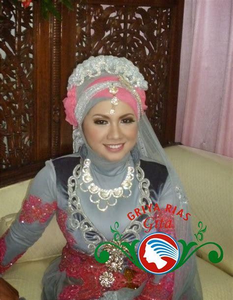paduan warna silver abu abu  pink  jilbab pengantin