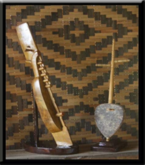 Mempunyai bentuk yang unik, yaitu menyamai sepasang dayung membuat alat musik ini cukup dikenal, terlebih karena sering dimainkan dalam pertunjukan seni musik karnaval atau parade pesta serta upacara. Alat | Musik | Tradisional | Nusantara: Sulawesi Selatan