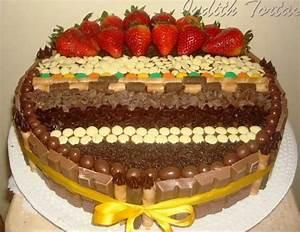 Torta de chocolate decorada con fresas y golosinas ...