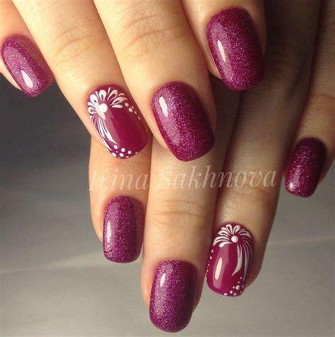 unghie con fiori fucsia glitter fiori unghie monocolore e nail