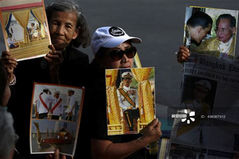 people hold  pictures  thailand   king maha