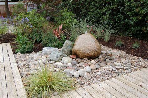 gartengestaltung mit kies ideen mit naturstein und graesern