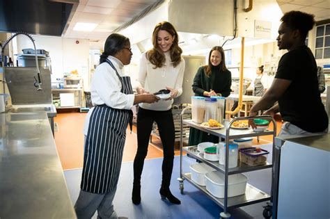 Kate goes casual as she gives nursery children breakfast ...