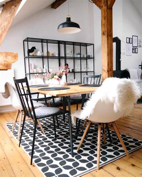 Esstisch Mit Bunten Stühlen by Esszimmer Im Scandi Style Mit Gro 223 Em Esstisch Gemustertem