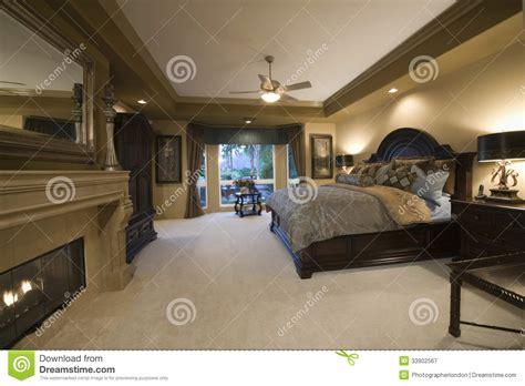 les chambre a coucher en bois chambre à coucher avec les meubles en bois foncés