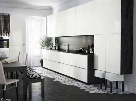 cr馘ence cuisine blanche salle de bain sol noir mur gris