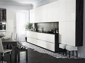 Enchanteur cuisine blanche et noire avec cuisine blanche for Deco cuisine avec chaise blanche et noir