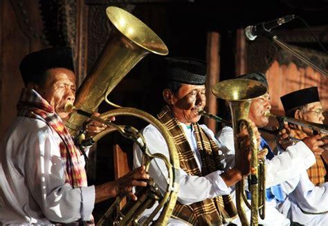 Pemicunya berupa tiupan melalui rongga tabung alat musik tiup yang menghasilkan bunyi tertentu. Contoh Alat Musik Tradisional Betawi beserta Penjelasannya Lengkap