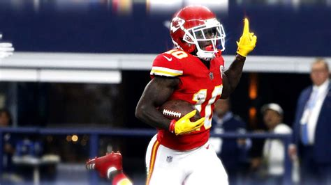 tyreek hill  showing victory sign wearing yellow gloves