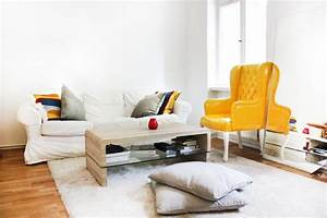 Schöne Wohnzimmer Farben : sch ne bunte wohnzimmer einrichtung in hellen farben toller gelber ohrensessel altbau wohnung ~ Bigdaddyawards.com Haus und Dekorationen