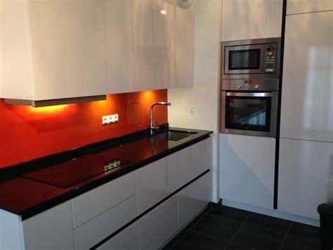 plan de travail cuisine en marbre plans pluriel granit noir et credences orange