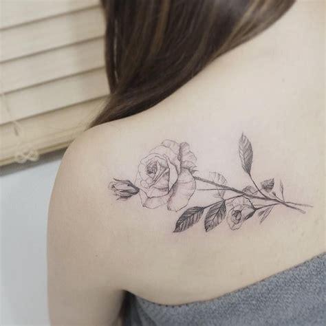 tatouage rose epaule dos