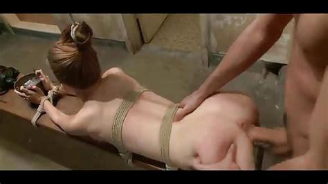 ado attachée qui profite du sexe bdsm dans un vestiaire porndroids