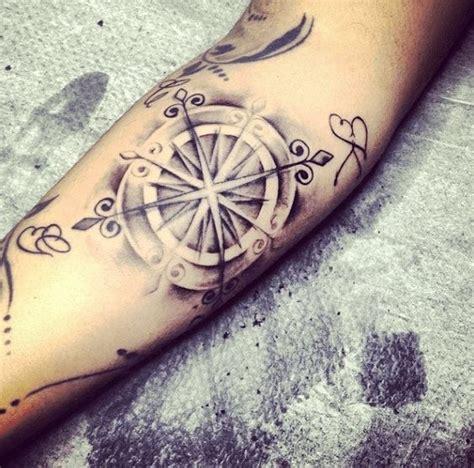 tatouage boussole du voyageur tatouage boussole du