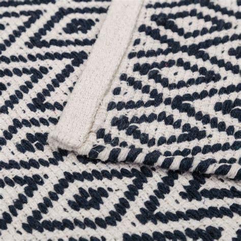 tapis motifs ethniques en coton bleu et blanc 80 x 50 cm