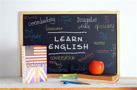 tafel mit schule material  englischkurs stockfoto und