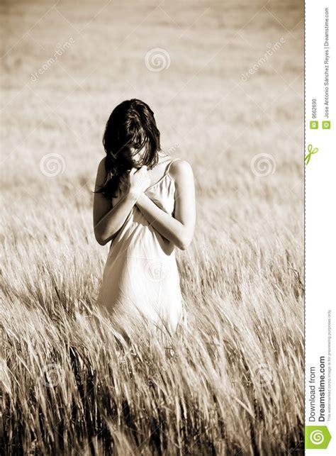 traurige frauen bilder traurige frau auf feld stockfoto bild nave sch 246 nheit 9662690