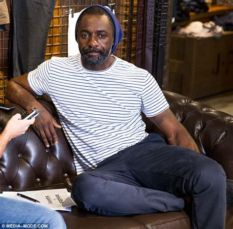 Idris Elba shows off his muscly arms in a tight T-shirt ...