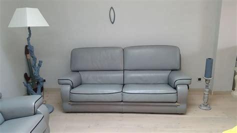 teindre un canape en cuir teindre un canapé en cuir vert table de lit a roulettes