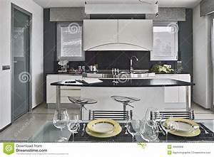 Table Cuisine Moderne : plats sur la table dans la cuisine moderne photo stock image 46666908 ~ Teatrodelosmanantiales.com Idées de Décoration