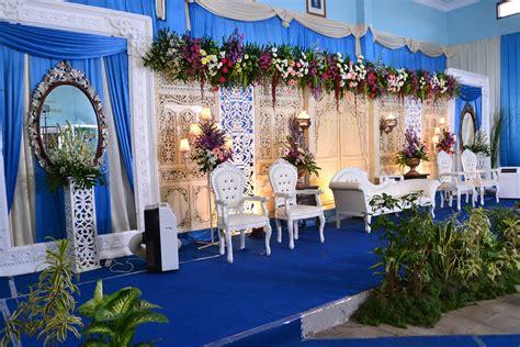 dekorasi pernikahan warna biru putih  royal wedding