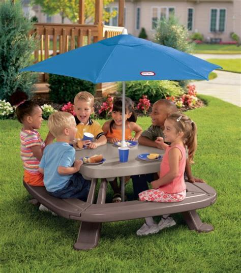 little tikes fold n store picnic table with market umbrella amazon com little tikes fold 39 n store picnic table with