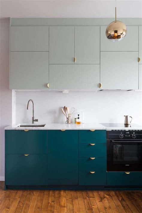 plancher bois cuisine cuisine bleu canard et bois pour se plonger dans dynamisme