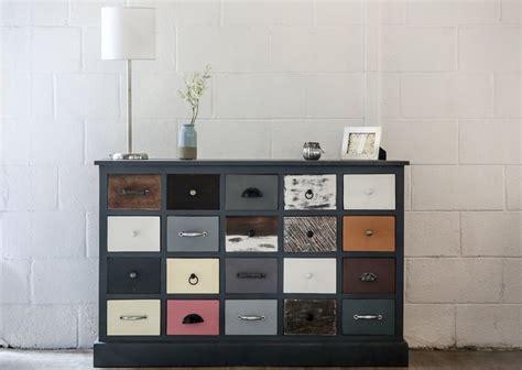 relooker un bureau en bois meuble design 20 tiroirs bois coloré pièce exceptionnelle