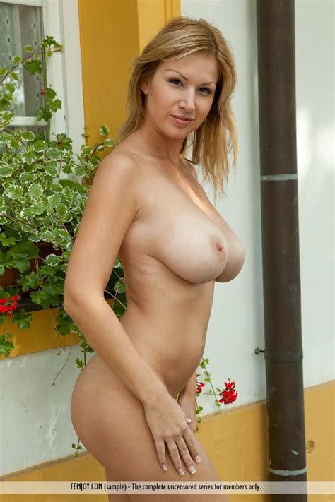 Carol Goldnerova Naked In The Backyard