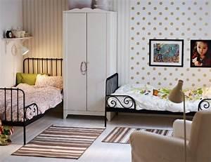Ausziehbare Körbe Kleiderschrank : ein m dchenzimmer umger umt damit zwei ausziehbare minnen bettgestelle in schwarzbraun ein ~ Markanthonyermac.com Haus und Dekorationen