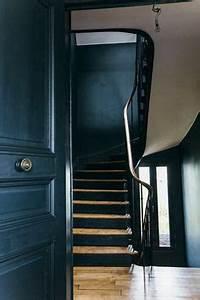 un escalier demi tournant embellit vos interieurs modernes With couleur de peinture bleu 2 nuances de bleu amp style industriel frenchy fancy