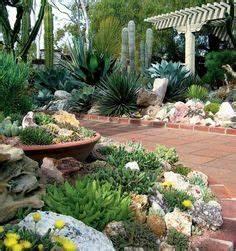 jardin de rocaille avec des grosses pierres decoratives et With superb amenager un jardin en pente 0 1001 idees et conseils pour amenager une rocaille fleurie
