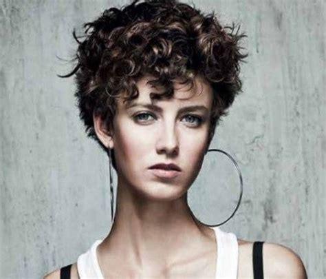 coiffure cheveux bouclés court coiffure cheveux courts boucl 233 s femme