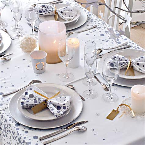 une decoration de table de noel aux ronds de serviette