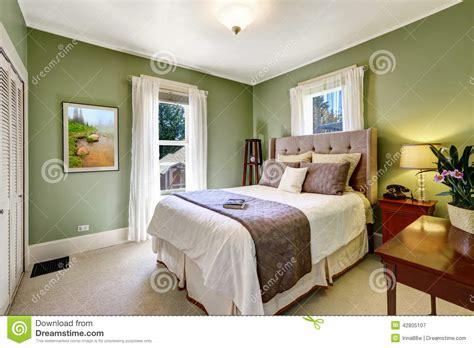 chambre verte intérieur élégant vert clair de chambre à coucher photo