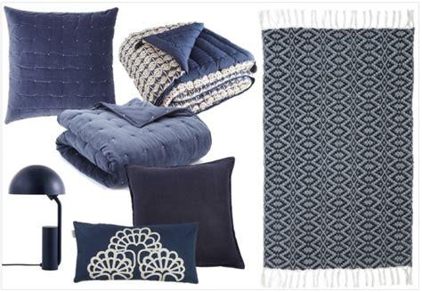 couvre canapé une touche de bleu marine dans la déco joli place